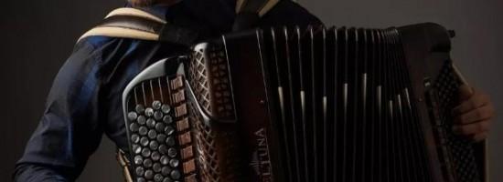 中国首位职业手风琴演奏家——刘昭