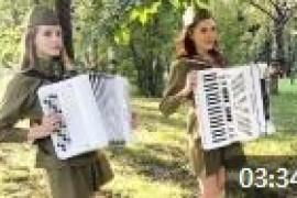 俄罗斯美女手风琴演奏《莫斯科之窗》